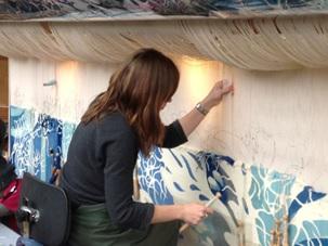 Tisserande exécutant une grande tapisserie murale sur un métier à haute lisse